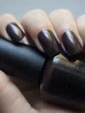 Le vernis à ongles Love is Hot and Coal de opi